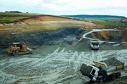 """Situada no município de Minas do Leão, às margens da BR-290, a mina iniciou sua operação em 1963, através do poço P1, com 125 metros de profundidade. Os trabalhos no subsolo pararam em 2002 devido, principalmente, aos altos custos da mineração.<br /> Hoje a mina produz a partir da área da Boa Vista, mina a céu aberto que emprega equipamentos tradicionais de terraplanagem em seus trabalhos. Está a 5 Km do poço P1, junto ao qual ainda está instalado o lavador de carvão """"Eng. Eurico Rômulo Machado"""" e para onde o carvão extraído é transportado a fim de sofrer beneficiamento. Esta planta tem capacidade de beneficiar até 120 t/h de carvão bruto. FOTO: Jefferson Bernardes/Preview.com"""