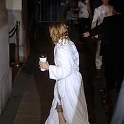 NLD/Amsterdam/20060903 - Madonna Confessions tour 2006 Amsterdam, aankomst Madonna met kop koffie van Starbucks