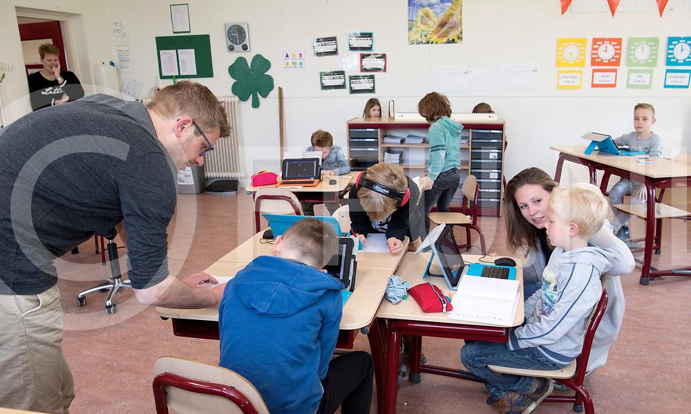 VINKENBUURT - Kleine scholen.<br /> Foto: Alle leerlingen van de school zitten in een lokaal.<br /> Tom Klooster (l) en Chantalle Caenen geven les.<br /> FFU PRESS AGENCY COPYRIGHT FRANK UIJLENBROEK