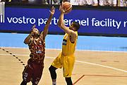 DESCRIZIONE : Torino Lega A 2015-16  Manital Auxilium Torino vs Umana Reyer Venezia<br /> GIOCATORE : Andre Dawkins<br /> CATEGORIA : tiro da tre ritardo sequenza<br /> SQUADRA : Manital Auxilium Torino<br /> EVENTO : Campionato Lega A 2015-2016<br /> GARA : Manital Auxilium Torino vs Umana Reyer Venezia<br /> DATA : 18/10/2015<br /> SPORT : Pallacanestro <br /> AUTORE : Agenzia Ciamillo-Castoria/GiulioCiamillo<br /> Galleria : Lega Basket A 2015-2016  <br /> Fotonotizia : Torino  Lega A 2015-16 Manital Auxilium Torino vs Umana Reyer Venezia<br /> Predefinita :