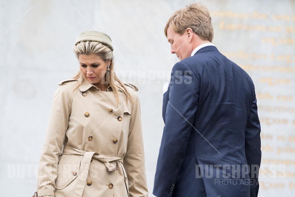 Koning Willem-Alexander en koningin Maxima tijdens de kranslegging bij Garden of Remembrance in Dublin, op dag 1 van het 3-daags staatsbezoek van het Nederlands Koningspaar aan Ierland.