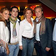 NLD/Amsterdam/20060327 - Premiere Ice Age 2, Nicolette van Dam en partner Carmine d'Antuono, ouders en broer, vader Rene van Dam, moeder Martine Rustveld