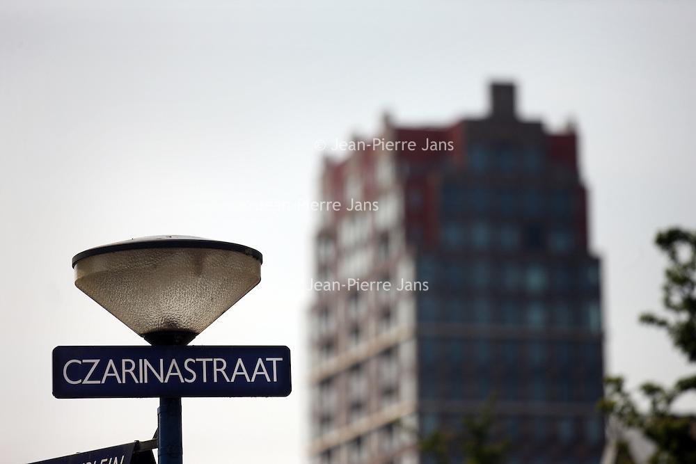 Nederland, Zaandam , 6 juli 2013.<br /> Wandeling door de binnenstad van Zaandam.<br /> Starten bij De Werf aan de Oostzijde. Daarvandaan kun je lopen op een soort boulevard tussen de flats en het water. De eerste stop is De Fabriek, filmhuis en eetcafé met terras aan de Zaan met uitzicht op de sluis. Daarna de sluis zelf.<br /> Dan langs het winkelgebied richting de Koekfabriek: Het oude Verkade pand dat is verbouwd en waar nu de bieb en sportschool en restaurant etc. in zitten.<br /> (Dat is aan de overkant van het startpunt) en misschien nog de Zwaardemaker meepakken aan de Oostzijde. Dat is een oud pakhuis die Rochdale enige jaren geleden heeft verbouwt tot appartementen met een stukje Nieuwbouw.<br /> Ook doen: het Russische buurtje vlakbij de Zaan. Dit jaar staat Rusland in de schijnwerpers en Zaandam heeft een speciale band met Rusland, vanwege het Czaar Peterhuisje en de Russische buurt. <br /> Op de foto: De Czarinastraat met op de achtergrond het appartementengebouw de Tsaar van Sjoerd Soeters.<br /> Foto:Jean-Pierre Jans