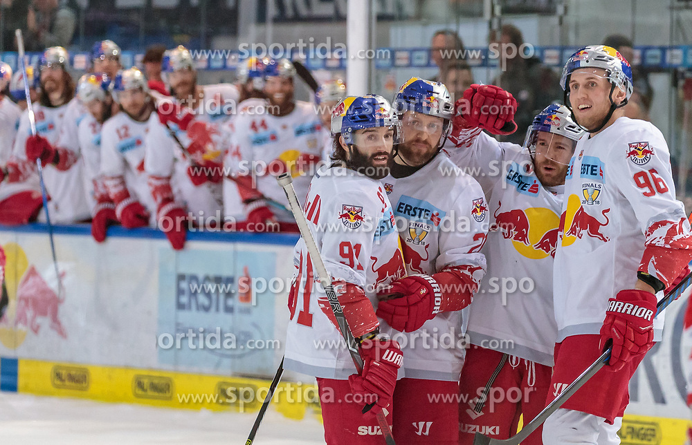 15.04.2018, Eisarena, Salzburg, AUT, EBEL, EC Red Bull Salzburg vs HCB Südtirol, Finale, 5. Spiel, im Bild Torjubel Salzburg nach dem 2:1 Dominique Heinrich (EC Red Bull Salzburg), Bobby Raymond (EC Red Bull Salzburg), Ryan Duncan (EC Red Bull Salzburg), Mario Huber (EC Red Bull Salzburg) // during the Erste Bank Icehockey 5th final match between EC Red Bull Salzburg and HCB Südtirol at the Eisarena in Salzburg, Austria on 2018/04/15. EXPA Pictures © 2018, PhotoCredit: EXPA/ JFK