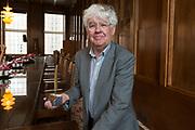 Laureaat De Gouden Ganzenveer 2015 voor Geert Mak. De prijs wordt - zo mogelijk jaarlijks - toegekend aan een persoon of instituut vanwege zijn of haar grote betekenis voor het geschreven en gedrukte woord in Nederland.<br /> <br /> Op de foto:  Geert Mak met de Gouden Veer