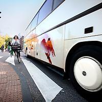Nederland, Amsterdam , 29 september 2011..Op de Stadhouderskade met kruising van woustraat is een gevaarlijke verkeerssituatie ontstaan door gebrek aan fietspad waardoor fietsers in het verkeer in verdrukking komen. Zie foto..In de nabije toekomst zal het fietspad doorgetrokken worden waardoor de veiligheid voor fietsers gewaarborgd zal zijn..DIVV geeft de bereikbaarheid in en om Amsterdam op een aantrekkelijke, veilige en efficiënte manier gestalte. Dat vraagt, in een stad met zo'n 750.000 inwoners en miljoenen bezoekers per jaar, om een doordachte aanpak..Foto:Jean-Pierre Jans