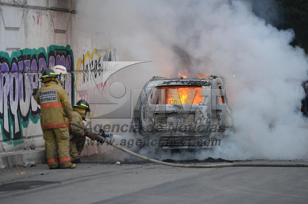 """Ocoyoacac, México.- Dos camionetas fueron incendiadas por comerciantes y vecinos de La Marquesa, supuesta propiedad de sujetos que fueron sorprendidos robando mediante el famoso """"cristalazo"""", ésto la carretera  México-Toluca en su cruce con la Marquesa-Tenango, al lugar arribaron elementos de la  CES para resguardar la zona. Agencia MVT / Arturo Hernández."""