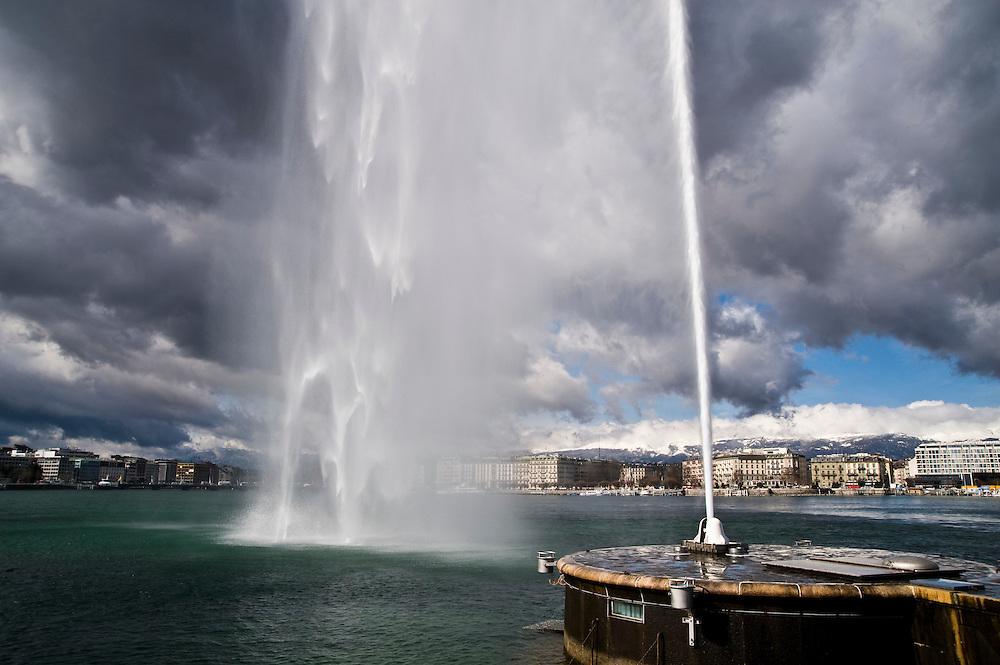 Zwitserland, Geneve, 11 maart 2009.De fontein van Genève (Frans: Jet d'eau) is een 140 meter hoge fontein aan het meer van  Genève. Het is een van de toeristische trekpleisters van de een na grootste stad van Zwitserland..Foto (c) Michiel Wijnbergh.