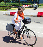 THE HAGUE - Mevrouw Karin Jolie, moeder van Wouter arriveert op fiets bij het Stadion. De familie Jolie verblijft op een camping in de buurt. FOTO KOEN SUYK