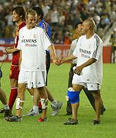 Fotball<br /> Real Madrid i Kina<br /> David Beckham gjør sin debut for Real Madrid<br /> Foto: Digitalsport<br /> <br /> China Dragon XI v Real Madrid at the Workers Stadium, Beijing, China. 02/08/2003.<br />David Beckham with an injured Roberto Carlos on his Real Madrid debut.
