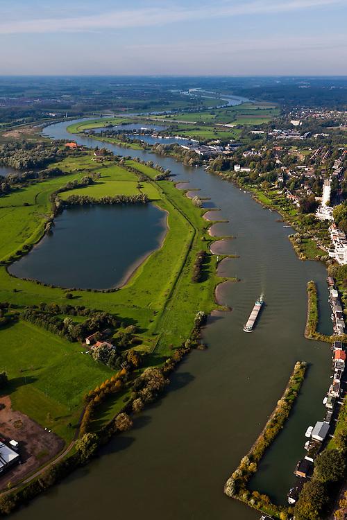 Nederland, Gelderland, Arnhem, 03-10-2010; de Nederrijn met links Meinerswijk, gezien naar het westen, richting Oosterbeek en spoorbrug.Lower Rhine seen to the west.luchtfoto (toeslag), aerial photo (additional fee required) foto/photo Siebe Swart