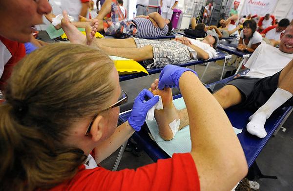 Nederland, Nijmegen, 21-7-2010Lopers van de 4 daagse laten hun blaren prikken in de Rode Kruis tent  Foto: Flip Franssen/Hollandse Hoogte