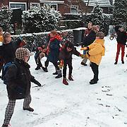 Sneeuwballengevecht door groep 5 van de Eben Haezerschool op de Middenweg Huizen