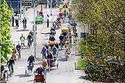 Een sliert met bakfietsen trekt door Nijmegen. In Nijmegen vindt voor de derde keer het International Cargo Bike Festival plaats. Het tweedaags evenement richt zich op het gebruik en de gebruikers van bakfietsen. Bakfietsen worden in heel Europa steeds vaker ingezet, zowel door particulieren als bedrijven. Het is een duurzame vorm van transport en biedt veel voordelen.<br /> <br /> In Nijmegen for the third time the International Cargo Bike Festival is hold. The two-day event focuses on the use and users of cargobikes. Cargo bikes are increasingly being deployed across Europe, both individuals and businesses. It is a sustainable form of transport and offers many advantages.