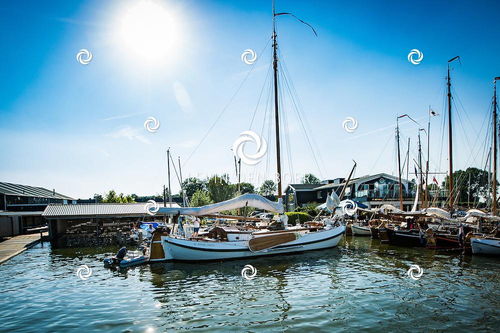 MUIDEN - De Groene Draeck is het privéjacht van prinses Beatrix, genoemd naar het oorlogsschip uit 1623, de Vlieghende Groene Draeck dat onder andere het vlaggenschip was van Piet Hein, met als kapitein vaak Maarten Tromp. Het huidige jacht bevat een mastschild met houtsnijwerk waarop het originele schip is afgebeeld. FOTO LEVIN & PAULA PHOTOGRAPHY VOF