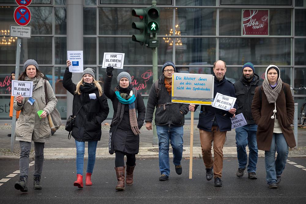 """Anwohner und Mietaktivisten protestieren gegen die Versteigerung des Wohnhauses Muskauer Straße/Ecke Eisenbahnstraße in Berlin Kreuzberg. Der Altbau wird auf der Winterauktion der Deutsch Grundstücksauktionen für ein Mindestgebot von 5,2 Millionen Euro angeboten. Demonstranten mit Schildern: """"Die Häuser denen die drin wohnen, nicht den Spekulanten"""" und """"Wir bleiben alle"""". <br /> <br /> [© Christian Mang - Veroeffentlichung nur gg. Honorar (zzgl. MwSt.), Urhebervermerk und Beleg. Nur für redaktionelle Nutzung - Publication only with licence fee payment, copyright notice and voucher copy. For editorial use only - No model release. No property release. Kontakt: mail@christianmang.com.]"""