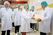 Koningin Máxima brengt een bezoek aan kaasproducent koninklijke FrieslandCampina in Workum , die vorig jaar uit haar handen de Koning Willem I-prijs kreeg. De koningin wilde nu zelf wel eens zien welk bedrijf achter de prijswinnaar stak. Ze ging eerst naar een melkveehouderij in het naburige Koudum, dat melk levert aan de fabriek. Daarna nam ze een kijkje in Kaasmakerij 4, zoals de productiefaciliteit heet.<br /> <br /> <br /> Queen Máxima visit cheese producer Royal Friesland Campina in Workum, who received last year from her hands, the King Willem I Prize. The queen would ever see for yourself which company was behind the winner. She first went to a dairy farm in the neighboring Koudum, which supplies milk to the factory. Then she took a look at Kaasmakerij 4, as its production is called.
