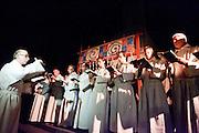 Het koor Cantoris Matrinus zingt Gregoriaanse liederen. Op de Domplein in Utrecht wordt een klok gegoten dat door de Utrechtse Klokkenluidersgilde wordt geschonken aan het  Academiegebouw van de Universiteit Utrecht ter gelegenheid van hun 375 jarig bestaan in 2011. Het is voor het eerst sinds eeuwen dat weer een klok in het openbaar wordt gegoten. De klok gaat Anna Maria (genoemd naar de eerste vrouwelijke student aan de universiteit, Anna Maria van Schurman) heten en is gemaakt van brons.<br /> <br /> A choir is singing Gregorian songs during the bell casting. For the first time in centuries a bell is being casted publicly at the Domplein in Utrecht. The 100 kg bronze bell is a present of the Utrecht Bell-ringing Guild to the University Utrecht which is celibrating its 375 year's anniversary in 2011. The bell is named Anna Maria after the first female student of the university.