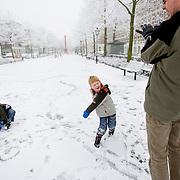 Nederland Rotterdam 21 december 2007 ..Kinderen spelen in de sneeuw op het Noordereiland. Vader met zoons spelen met slee, sneeuwballen gevecht..Foto David Rozing