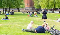 Stratford upon Avon people out in the sun on a busy bank holiday weekend photo by Mark anto smith