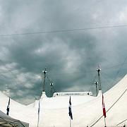 NLD/Rotterdam/20050603 - Premiere Cirque du Soleil Dralion, donkere wolken boven de tent.nodweer, slecht weer