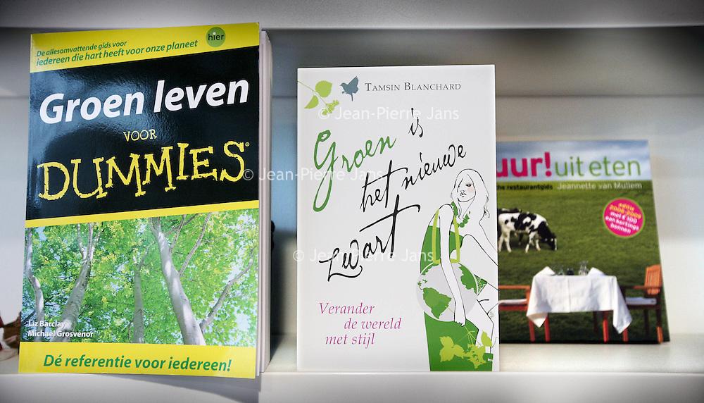 Nederland,Utrecht ,9 november 2008..Boeken omtrent groen leven, groen koken, en eerlijke handel, Fairtrade in 1 van de Fairtrade winkels van televisiepresentatrice Floortje Dessing