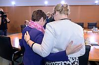 06 NOV 2019, BERLIN/GERMANY:<br /> Annegret Kramp-Karrenbauer (L), CDU, Bundesverteidigungsminister, und Franzika Giffey (R), SPD, Bundesfamilienministerin, im Gespraech, vor Beginn der Kabinettsitzung, Bundeskanzleramt<br /> IMAGE: 20191106-01-012<br /> KEYWORDS: Kabinett, Sitzung, Gespräch