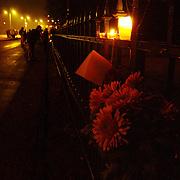 Overlijden prins Bernhard, bloemen aan het hek van paleis Soestdijk