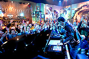 Top 2000 van NPO Radio 2 begonnen met Chaka Khans I'm Every Woman NPO Radio 2 werkt de populaire lijst voor de negentiende keer non-stop af tot de jaarwisseling.<br /> <br /> Op de foto: Radio 2 DJ Bart Arens