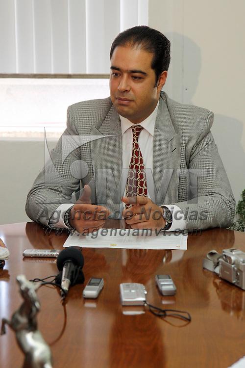 Toluca, Mex.- Pedro Mena Alarcón, director de Tesorería y Administración del Ayuntamiento de Toluca, aseguró que los retrasos que se han generado en las obras que se realizan en diversas delegaciones del municipio no conllevan ningún tinte político como lo han manifestado algunos integrantes del cabildo. Agencia MVT / Crisanta Espinosa. (DIGITAL)<br /> <br /> NO ARCHIVAR - NO ARCHIVE
