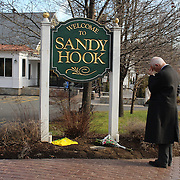 The Sandy Hook Elementary School sign in Sandy Hook after yesterday's shootings at Sandy Hook Elementary School, Newtown, Connecticut, USA. 15th December 2012. Photo Tim Clayton