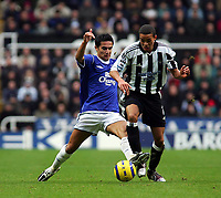 Fotball<br /> Premier League 2004/05<br /> Newcastle v Everton<br /> 28. november 2004<br /> Foto: Digitalsport<br /> NORWAY ONLY<br /> Everton's Tim Cahill (L) looks to tackle Newcastle's Jermaine Jenas (R).