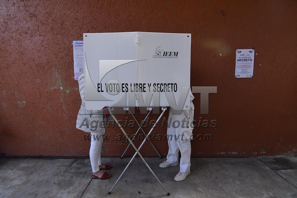 Valle de Bravo, México.- Aspectos de la votación en la casilla electoral ubicada en Escuela primaria Constitución Mexicana. Agencia MVT / Arturo Hernández.