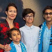 NLD/Amsterdam/20190804 -  Première Diego Maradona inloop, Asif Kapadia en partner en kinderen