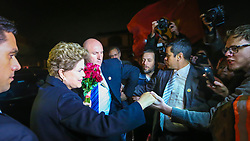 Dilma Rousseff cumprimenta os apoiadores em sua ARRIVAL IN AIR BASE, emao desembarcar na base aérea de Canoas. Dilma saiu do Palácio Alvorada em Brasília e viajou para sua casa em Porto Alegre, no Rio Grande do Sul, em 6 de setembro de 2016. FOTO: Jefferson Bernardes/ Agência Preview