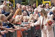 """Koning Willem Alexander en Koningin Maxima brengen een streekbezoek aan Zuidwest‐Drenthe. // King Willem Alexander and Queen Maxima pay a regional visit to Southwest Drenthe.<br /> <br /> op de foto:  Koning en Koningin bezoeken Veeningen, gemeente De Woldenen gaan in gesprek met dorpsbewoners over hun initiatief ''t Groene Hart'  /// King and Queen visit Veeningen, municipality of De Woldenen talk to villagers about their initiative """"' t Groene Hart '"""