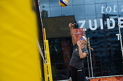 20150618 NED: WK Beach volleybal training op het Spui, Den Haag<br /> De Nederlandse beachers hebben vandaag hun tweede training gehad op de WK trainingsvelden. Op het Spuiplein werden de velden druk bezocht / Madelein Meppelink