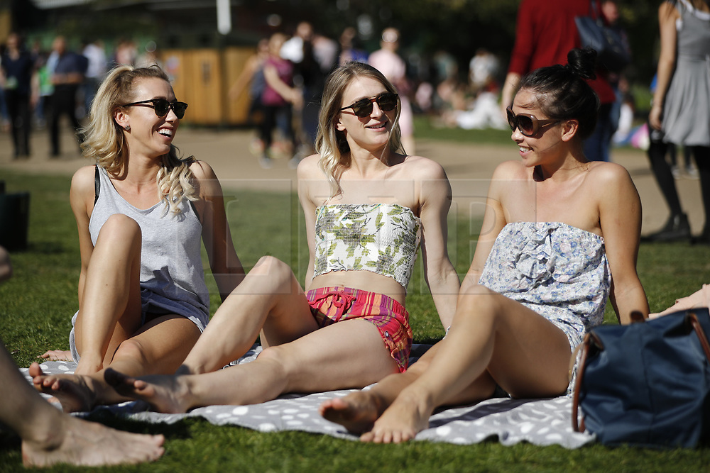 © Licensed to London News Pictures. 09/04/2017. London, UK. People enjoy warm weather and sunshine in Green Park, London on the hottest day of the year so far, on Sunday, 9 April 2016. Photo credit: Tolga Akmen/LNP