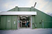 Duitsland, Laarbruch, 18-3-2002Renpaard staat in de deuropening van zijn stalVoormalige opslagbunkers voor munitie van de Engelse luchtmacht bij Kevelaer worden verhuurd aan particulieren en bedrijven. Op het terrein is een paardenrenbaan aangelegd.  Gelegen vlak over de grens bij Bergen, N- Limburg. Economie,  Ex Navo basis, koude oorlog. Europese Unie, EUFoto: Flip Franssen/Hollandse Hoogte