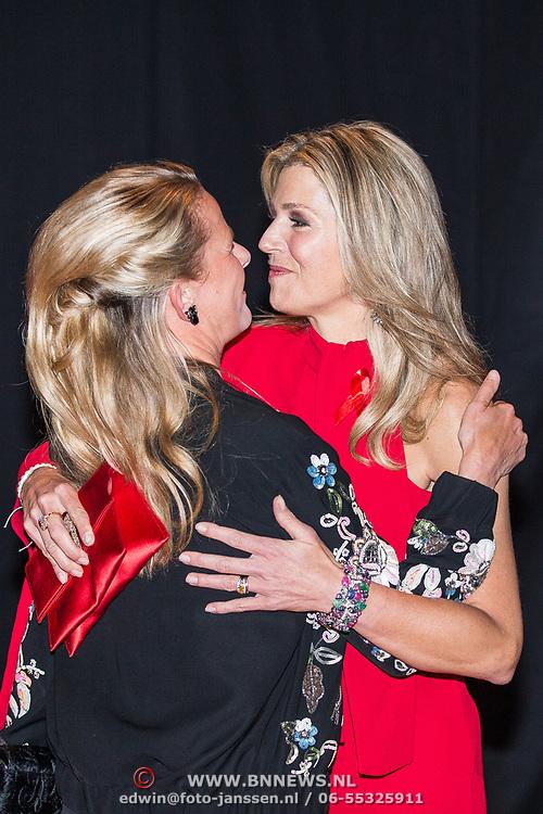 NLD/Amsterdam/20180516 - Koningspaar bij Red Ribbon Concert, Koningin Maxima  begroet prinses Mabel