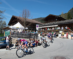 20.04.2018, Innsbruck, AUT, Tour of the Alps, Österreich, 5. Etappe, von Rattenberg nach Innsbruck (164,2 km), im Bild das Fahrerfeld in Alpbach // the riders at Alpbach during 5th stage from Rattenberg to Innsbruck of 2018 Tour of the Alps in Innsbruck, Austria on 2018/04/20. EXPA Pictures © 2018, PhotoCredit: EXPA/ Reinhard Eisenbauer