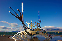 Islande, Reykjavik, sculpture d'un bâteau viking // Iceland, Solfar Suncraft, a modern stainless steel sculpture of a traditional viking craft that looks out into Reykjavik harbour