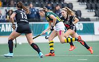 AMSTELVEEN - Pien van Nes (HDM)  met Noa Muller (Amsterdam) tijdens de competitie hoofdklasse hockeywedstrijd dames, Amsterdam-HDM (1-1).  COPYRIGHT KOEN SUYK