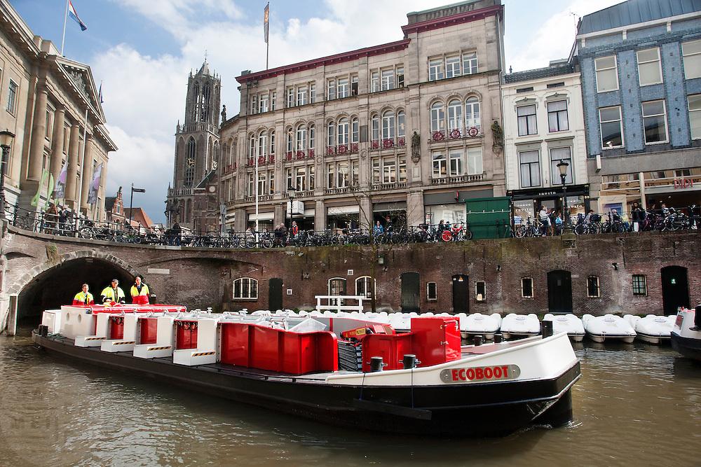 De Ecoboot komt aan bij het stadhuis in Utrecht. Het is de tweede elektrisch aangedreven boot die door de grachten van Utrecht gaat varen. De Ecoboot wordt ingezet voor het ophalen van vuilnis en kan kilo's legen en tegelijk glas, papier en restafval meenemen en extreem lange of zware vracht vervoeren. Het schip haalt dagelijks verschillende afvalstromen tegelijk op en is ook door derden in te huren.<br /> <br /> The 'Ecoboat' arrives at the town hall in Utrecht. It is the second electrical driven boat in the canals of Utrecht. The boat is going to be used to collect the garbage and can transport extreme long or heavy freight.
