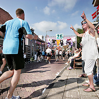 Nederland, Amsterdam , 20 september 2009..Op autovrije zondag 20 september 2009 vindt in Amsterdam de 25e editie plaats van de Dam tot Damloop, het grootste hardloopevenement van ons land. Ter gelegenheid van dit zilveren jubileum vormt de avond ervoor het hoogtepunt; Dam tot Dam by Night. Daardoor kunnen in één klap 25.000 meer mensen deelnemen en in het hele weekend in totaal 60.000. De inschrijvingen zijn gesloten: de limieten zijn bereikt. Wat in 1985 begon als een wedstrijdje door de IJ-tunnel tussen Amsterdam en Zaandam, groeide uit tot wat dit weekend één van de grootste hardloopevenementen ter wereld zal zijn. Maar het is ook een volksfeest met honderdduizenden toeschouwers, muziekorkesten, sambabands, zangkoren en boerenkapellen langs het parcours..Op de foto zien we de deelnemers in Amsterdam over de Landsmeerderdijk rennen..Dam to Dam run during the car free Sunday 20th september 2009. .Participants running from Amsterdam to Zaandam, the picture is taken on the Landsmeerderdijk in North Amsterdam.