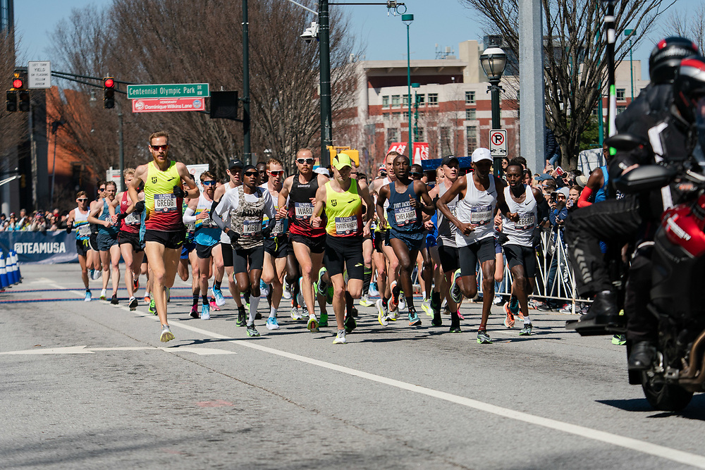 The field of men come down Marietta Street on the first loop during the 2020 U.S. Olympic marathon trials in Atlanta on Saturday, Feb. 20, 2020. Photo by Kevin D. Liles for The New York Times