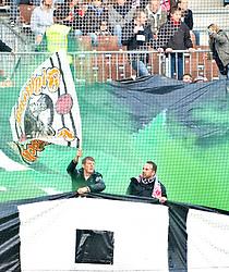 30.10.2010, Millerntor Stadion, Hamburg, GER, 1.FBL, FC St. Pauli vs Eintracht Frankfurt, im Bild Feature die Fans von Frankfurt zuenden gruene Rauchbomben EXPA Pictures © 2010, PhotoCredit: EXPA/ nph/  Witke+++++ ATTENTION - OUT OF GER +++++
