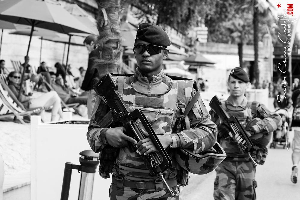 dimanche 21 août 2016, 14h52, Paris Ier. Soldats du 13ème Régiment du Génie patrouillant sur les quais de l'opération Paris Plage.