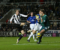 Photo: Andrew Unwin.<br />Newcastle United v Everton. The Barclays Premiership. 25/02/2006.<br />Everton's goalkeeper, Sander Westerveld (R), comes out to deny Newcastle's Lee Bowyer (L).