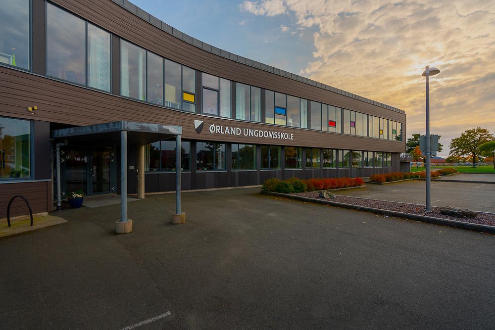 Ørland ungdomsskole ligger i Brekstad sentrum. Skolebygget er fra 2009.